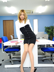 Hot girl Nao shows her body in the office